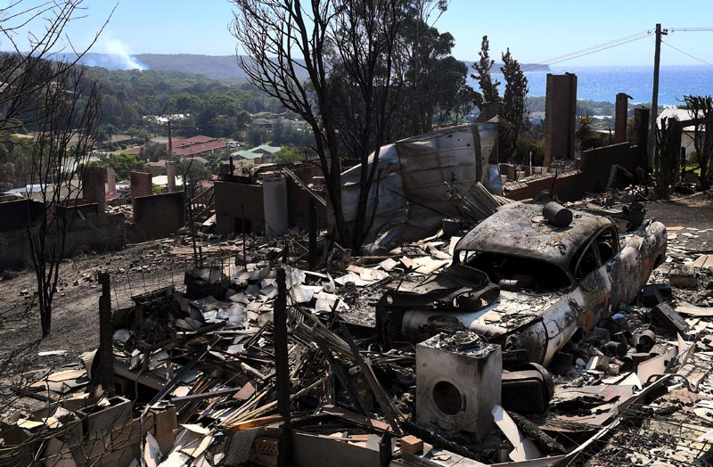 Hundreds flee Australian bushfires that kill cattle, destroy homes