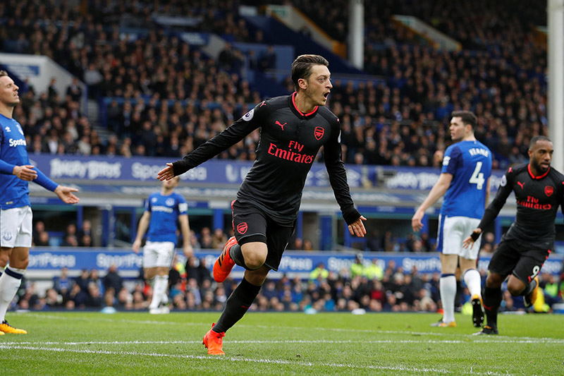 Arsenal thrash 10-man Everton to pile pressure on Koeman