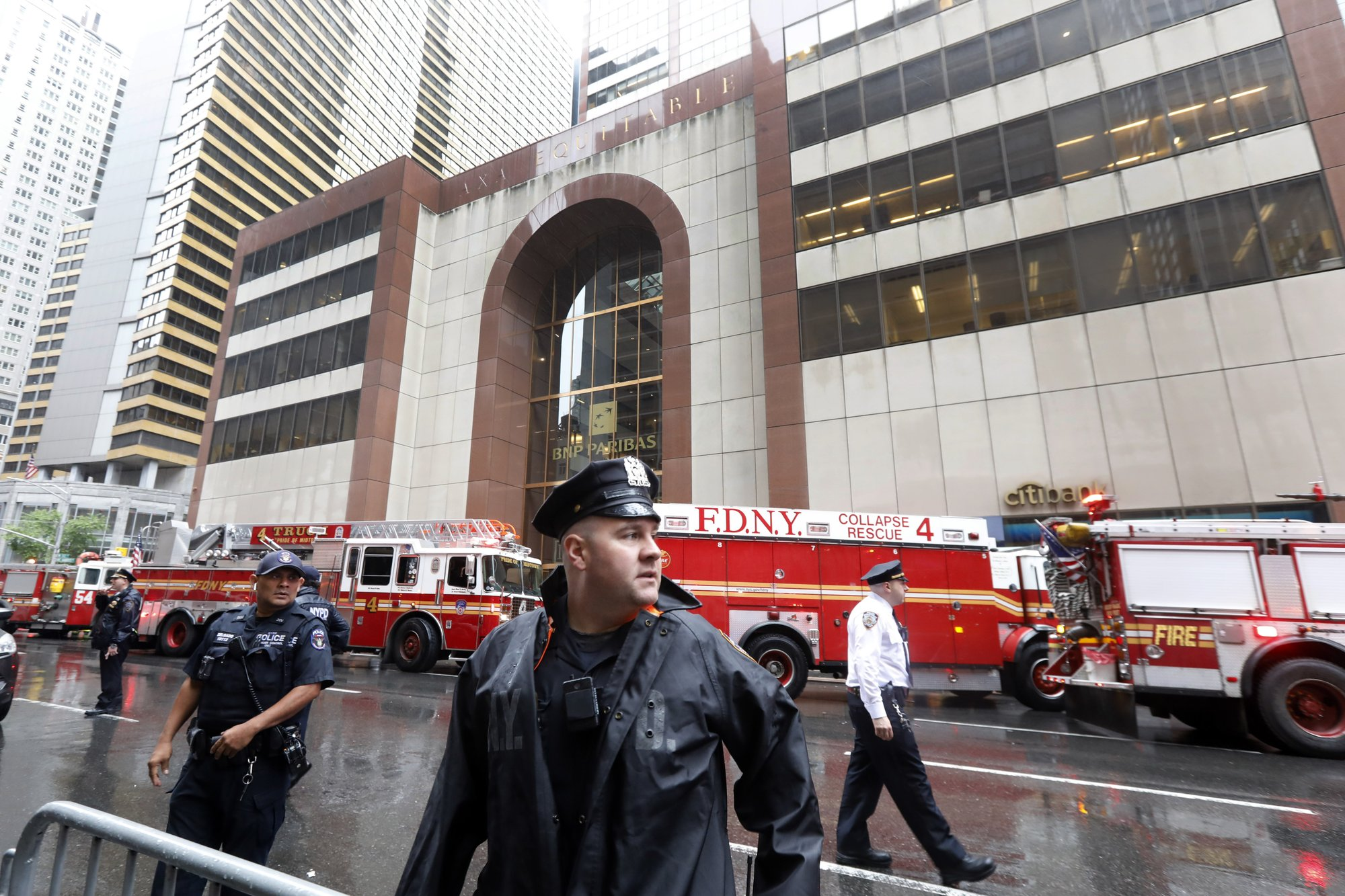 Helicopter crashes on roof of NYC skyscraper, killing pilot